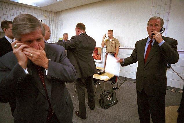 5. George Bush, New York valisi George Pataki, FBI Direktörü Robert Mueller ve Başkan Yardımcısı Dick Cheney'i arıyor. Beyaz Saray Genel Sekreteri Andy Card ise bir cep telefonunda konuşuyor.