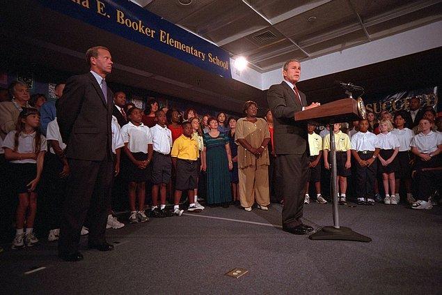 6. George Bush, bulunduğu okulda ABD topraklarındaki terörist saldırısıyla ilgili açıklama yaparken.