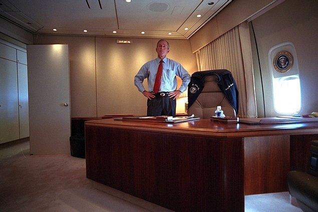 8. George Bush, Dünya Ticaret Merkezi'ndeki terörist saldırılarını Air Force One'daki bürosundan takip ederken.