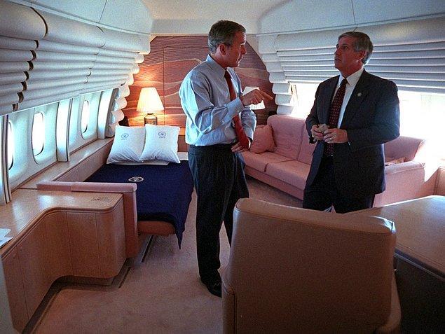 9. Bush, Başkanlık dairesinde Beyaz Saray Genel Sekreteri Andy Card ile konuşurken.