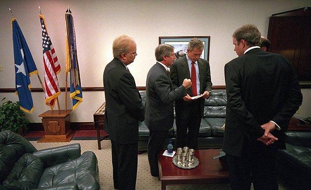 12. George Bush, Barksdale Hava Üssü'ndeki General Dougherty Konferans Merkezi'nde Dünya Ticaret Merkezi felaketine ilişkin sözlerini sunmadan önce, Karl Rove, Andy Card, Dan Bartlett ve Ari Fleischer ile görüşüyor.