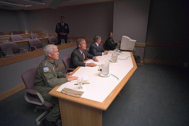 14. Başkan Bush, Amiral Richard Mies ve Beyaz Saray Genel Sekreteri Andy Card, Offutt Hava Üssünde bir video telekonferans gerçekleştirirken.