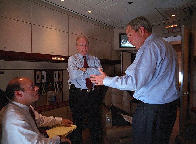 16. Başkan Bush, Ari Fleischer, Karl Rove ile Air Force One'da Andrews Hava Kuvvetleri Üssü'ne uçuş sırasında konuşuyor.