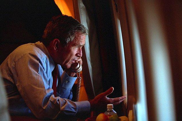 17. Offutt Hava Üssü'nden ayrıldıktan sonra Başkan Yardımcısı Dick Cheney ile telefonda görüşürken.