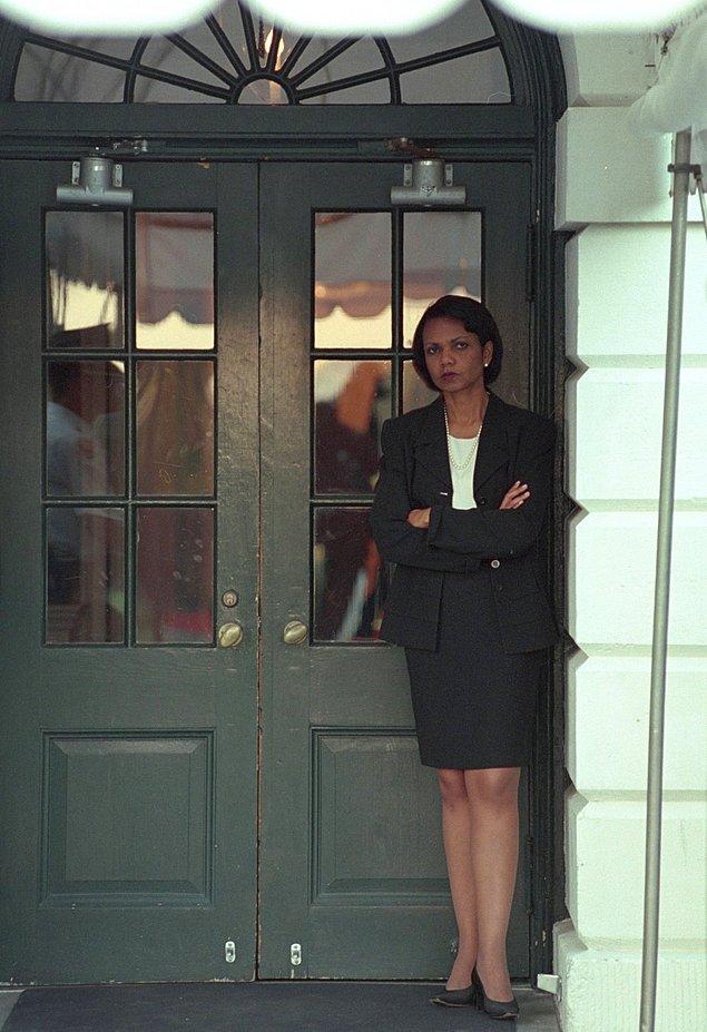18. Ulusal Güvenlik Danışmanı Condoleezza Rice, Güney Portico'da Başkan Bush'un Beyaz Saray'a gelmesini bekliyor.