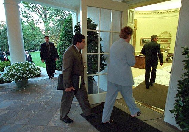 19. Danışman Karen Hughes ve Danışman Alberto Gonzales, Beyaz Saray'a dönen Başkan Bush'u Oval Ofis'e götürüyorlar.