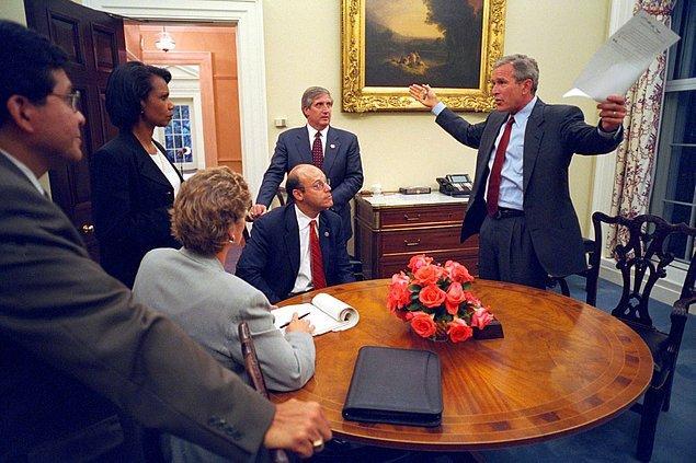 20. Başkan Bush, üst düzey görevlileri ile birlikte akşam saatlerinde ulusa sunacağı konuşmayı gözden geçiriyor.