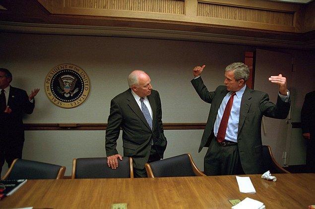 21. Başkan Bush, Başkan Yardımcısı Dick Cheney ile Acil Operasyonlar Merkezi'nde görüşürken.