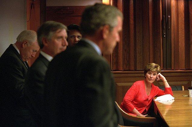 22. Laura Bush, Acil Operasyonlar Merkezi'nde terör saldırılarını anlatan eşini dinliyor.