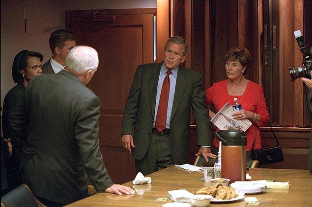 23. Başkan Bush ve Laura Bush, Başkan Yardımcısı Dick Cheney ve Başkan Yardımcıları Condoleezza Rice ile konuşurlarken.