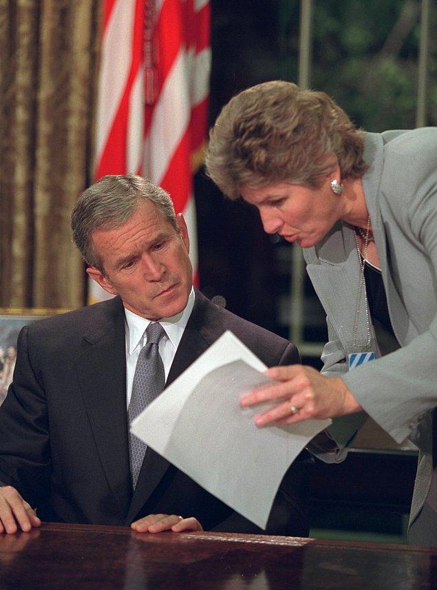 24. Başkan Bush, Karen Hughes ile birlikte ulusa seslenmeden önce notları inceliyor.