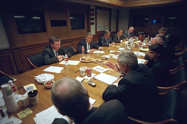 26. Ulusa seslenen George Bush, Acil Operasyon Merkezi'nde Ulusal Güvenlik Konseyi ile görüşürken.