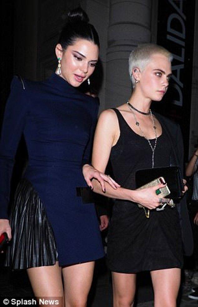 Kendall pileli, gece mavisi bir mini tercih etmişti.