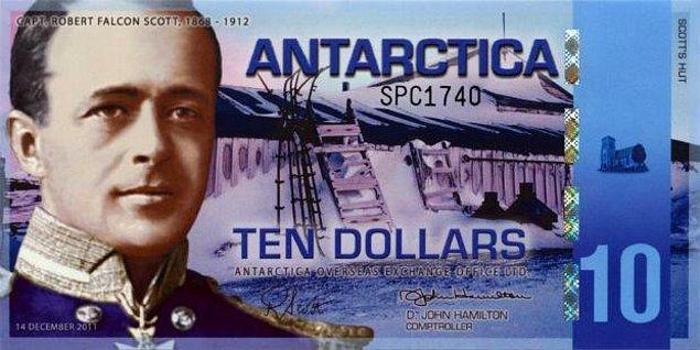 McMurdo, Yeni Zelanda bölgesine daha yakın olmasına rağmen bankamatik yalnızca Amerikan para birimi kullanıyor. Personel, bankaya yaklaşık 2 mil uzaklıkta bulunan Scott Base'de döviz bozdurabiliyorlar.