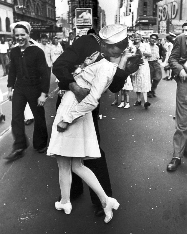 3. II. Dünya Savaşı'nın sona ermesini Times Meydanı'nda kutlayan iki yabancının öpücüğü:
