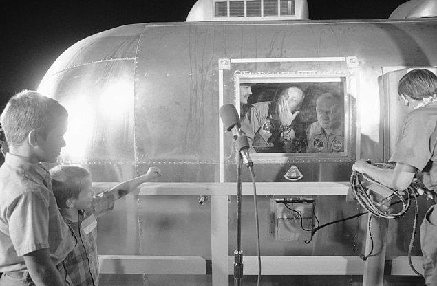 1. 1969 senesinde aya ilk ayak basan insan olduktan sonra karantinaya alınan Neil Armstrong oğullarına öpücük gönderiyor.