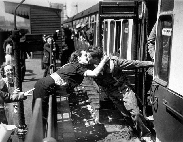5. Britanyalı askerin istasyona gelmesini bekleyemeyen kız arkadaşından sabırsız bir öpücük!