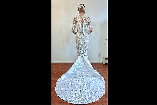 Manzanare'in uzun kollu tasarımı çiçek ve buklelerle süslü uzun bir etekle tamamlanmış.