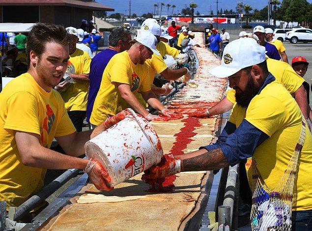 2. Napoli'de yapılan 182 metrelik pizzayı geride bırakarak 2017'de Guinness Rekorlar Kitabı'na giren tamı tamına 2,3 kilometrelik pizzanın yapımına yardım eden gönüllüler: