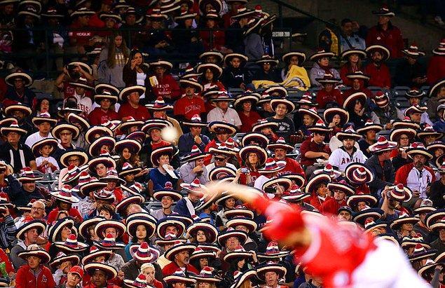 10. Aynı anda Meksika şapkası sombrero takarak rekor kıran taraftarlar: