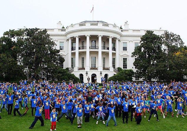 """11. 11 Ekim 2011'de, bin farklı yerde zıplayan 300.265 insan rekor kırdı. Beyaz Saray'da """"jumping jack"""" yapan Michelle Obama da aralarındaydı."""