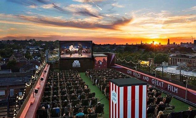 2. Rooftop Film Club'da bir film izleyin.