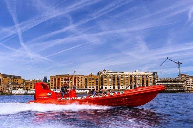 8. Thames Lates ile gün batımında eğlence dolu bir sürat teknesine binin.