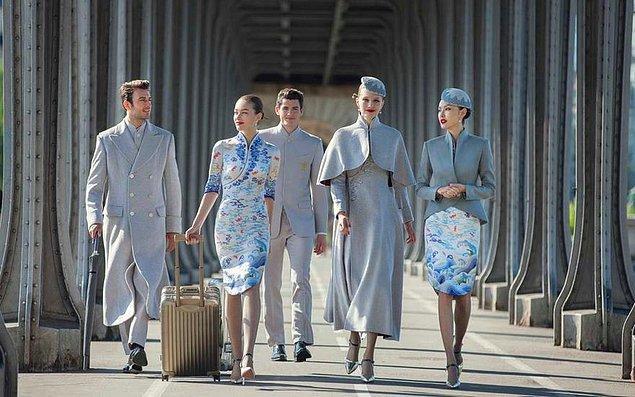 Erkek üniformaları biraz daha tutumsuz ve Batı odaklı, Çin kültürünü kadın üniformaları kadar yansıtamıyor maalesef.