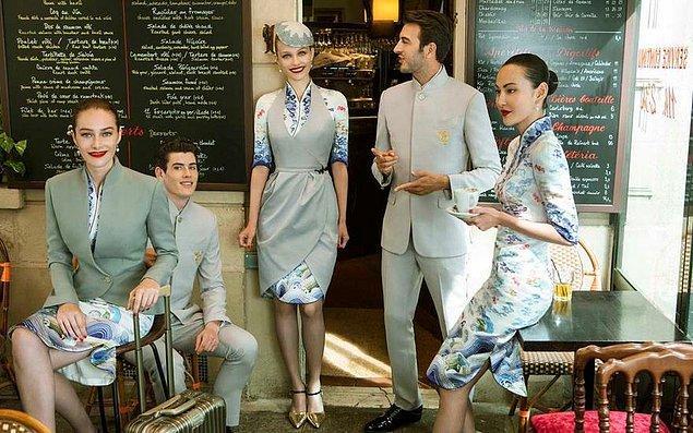 Hainan Airlines, tasarımcı Laurence Xu ile çalıştı, o da bu şık tasarımlarını Paris Moda Haftası'nda sergiledi.
