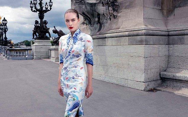 Üniforma, Çin'in geleneksel sanat elementleri olan dalgalar, bulutlar ve Rod adındaki masal kuşunu, Batı'nın çağdaş moda trendleriyle birleştiriyor.