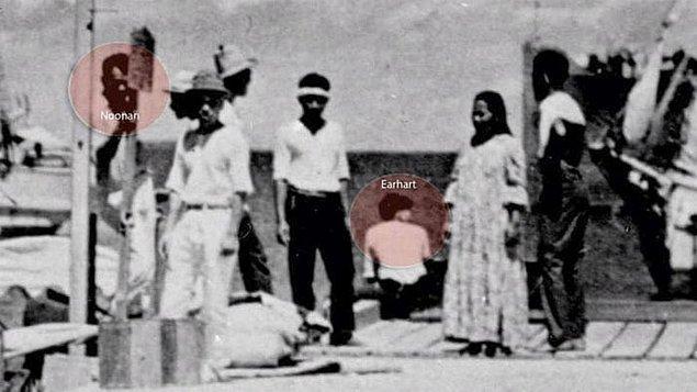 Fotoğraf, Marshall Adaları'nda Noonan ve Earhart olduğu düşünülen iki insanı gösteriyor. O zamanlar Japon kuşatması altındaydı.