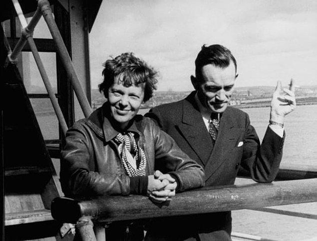 Kadının saçları da Earhart'ın ikonik kısa saç stilinde.