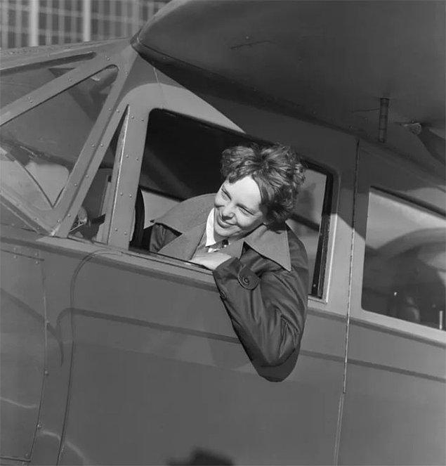 Üstelik, fotoğrafta bir Japon savaş gemisinin Amelia Earhart'ınkini andıran bir uçağı çektiği gözlemlenebiliyor.