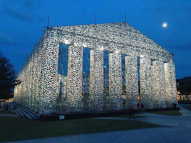 Kassel Üniversitesi'ndeki öğrencilerin yardımıyla Minujin, dünya üzerindeki farklı bölgelerde yasaklanmış veya yasaklı olan 170 başlığı belirledi.