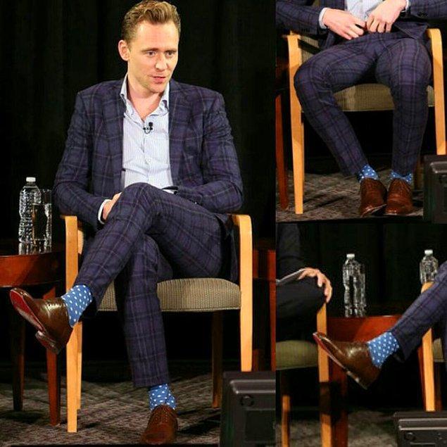 2. Tom Hiddleston'ın aynı anda üç desen birden giydiği bu çılgın atan kombini kaç puanı hak ediyor? 😁