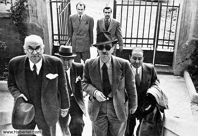 Tek parti iktidarının sonlarına doğru gidildiğinin sinyalleri 1945 yılının yaz aylarına doğru verilmişti. Haziran ayında ortaya çıkan ''dörtlü takrir'' diye anılacak belgenin altında Menderes, Bayar, Köprülü ve Koraltan'ın imzaları vardı.