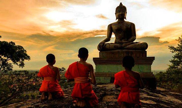 """2. Bu new age öğretilere, temelde Budizm, Taoizm, İslam tasavvufu, Kabala gibi kadim bilgelik öğretilerinin """"hafif"""" versiyonları ile modern dünyadaki kişisel gelişim uygulamalarının bir sentezi diyebiliriz."""