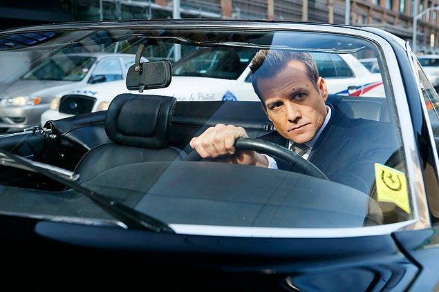 Harvey'nin klasik siyah Ferrari'si ile Manhattan sokaklarında boy göstermesi Suits tarihinde görülmemiş bir detaydı.