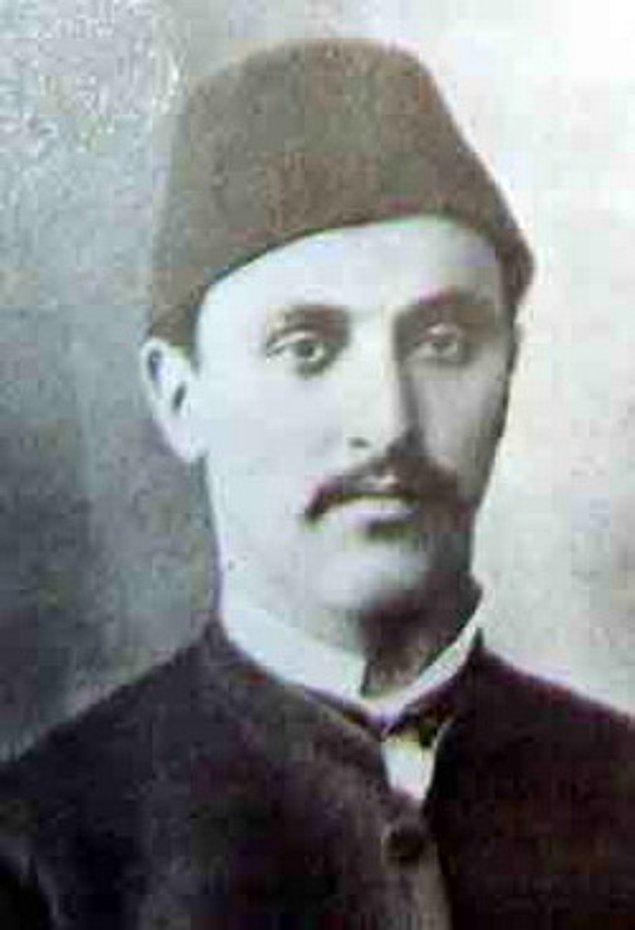 1845'te başkent İstanbul'da doğan Ahmed Tevfik Bey ilk eğitiminden sonra o dönemdeki çoğu Osmanlı genci gibi asker olmayı seçti.