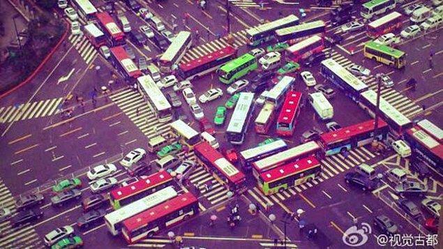 2. Trafikteki herkesin yol vermemekte ısrar ettiği bir dünyanın resmini çezmişler.