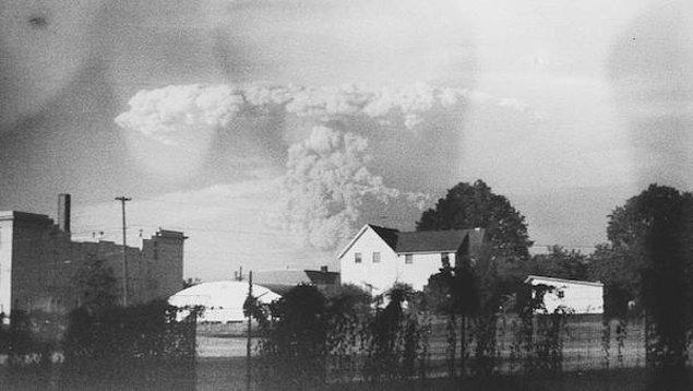 Bir hayır kurumu mağazasının kamerası ve St. Helens Yanardağı patlamasının fotoğrafları