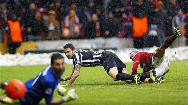 Ancak yoğun kar yağışı nedeniyle maç 0-0'ken 31. dakikada tatil edilmişti. UEFA'nın kararıyla maçın kalan zamanı bir sonraki gün oynanacaktı.