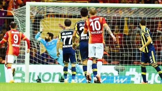 Fenerbahçe, beraberlik golünü ararken 3. dakika sonra yine Sneijder sahnede. Yine uzaklardan bir şut ve yine gol. Ama bu sefer diğer köşe.