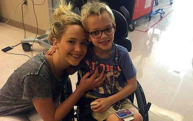 #17 X-Men'in Montreal'deki çekimleri sırasındaki boş vaktinde hastaneye koşup çocukları sevindiren Jennifer Lawrence.