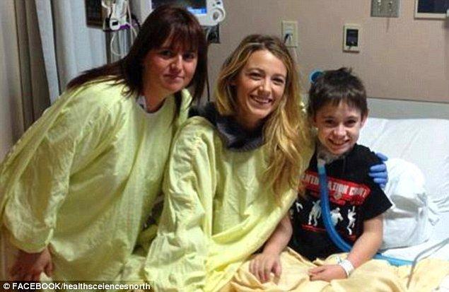 #15 Blake Lively de eşi Ryan Reynolds ile birlikte hastane ziyaretlerinde bulunuyor sık sık.
