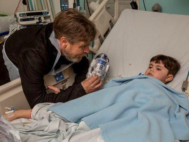 #19 Star Wars'un Luke Skywalker'ı Mark Hamill, çocukları ziyaret ederek Güç'ün onlarla olduğunu kulaklarına fısıldıyor.