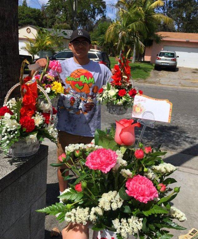 5. Sevdiceğinin annesine, büyük annesine ve iki teyzesine de çiçek almayı ihmal etmeyen azimli arkadaşımız!