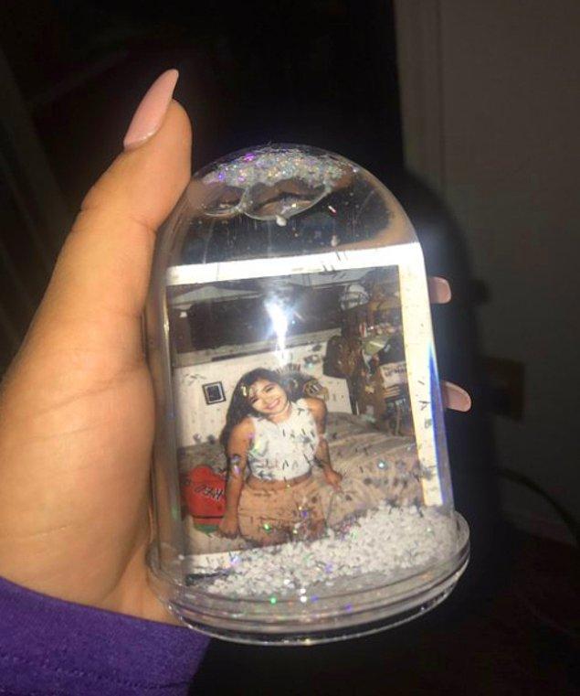 11. Kar küresinin içine fotoğraf koymak basit görünebilir ama fazlasıyla romantik canlarım.