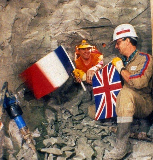 11. İngiltere ile Fransa'yı denizden birbirine bağlayan ortak yapım Manş Tüneli'nin kazı çalışmaları sırasında taraflarının ilk karşılaşmaları, 1990.