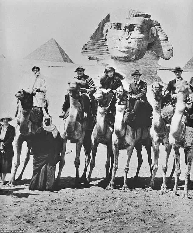 4. Sfenks'in önünde develerin üzerinde poz vermiş Bay ve Bayan Churchill, Arabistanlı Lawrence ve Gertrude Bell, 15 Şubat 1921.